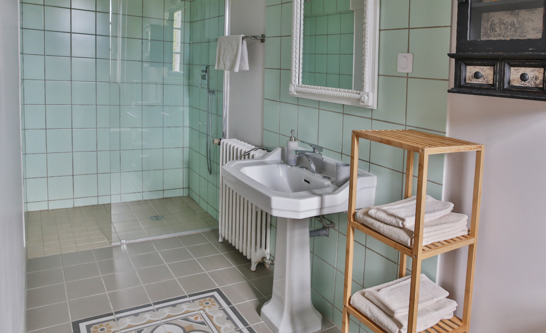 bed-and-breakfast-shower-private-room-tombelaine