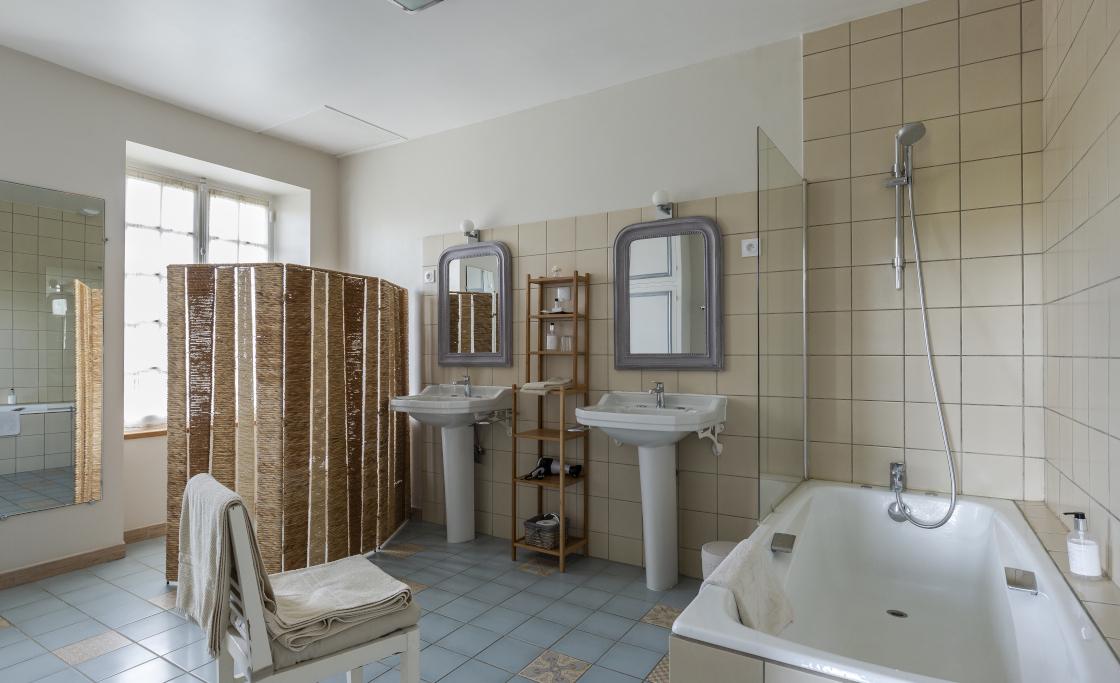 d.salle-de-bain-privative-baignoire-douche